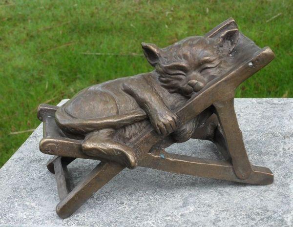 Bronzefigur Schlafende Katze im Stuhl