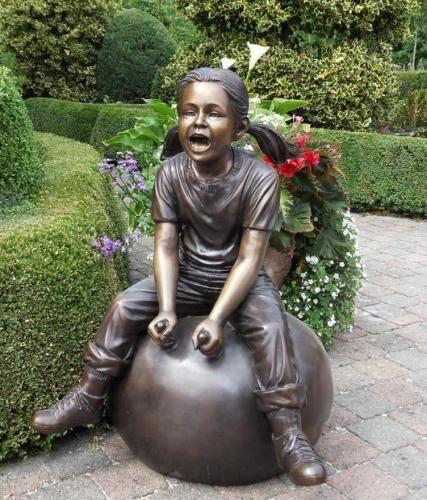 Bronzefigur Mädchen auf Ball