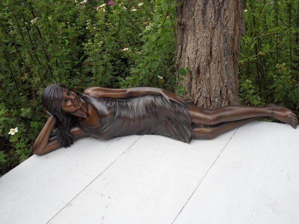 Bronzefigur Frau im Kleid liegend