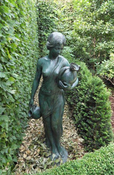 Bronzefigur Antonia mit zwei Krügen