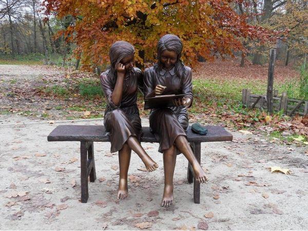 Bronzefigur 2 Mädchen auf Bank