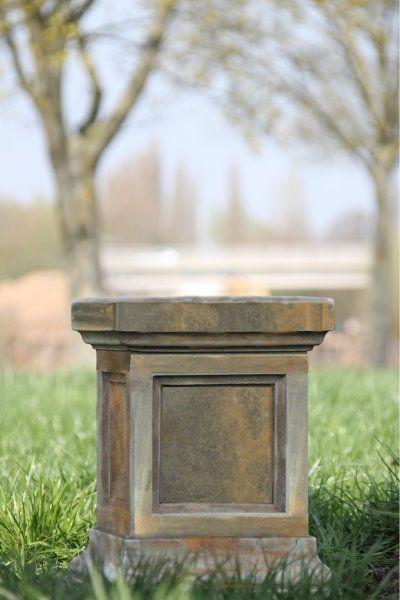Gartenfigur Säule aus Steinguss, Rosteffekt