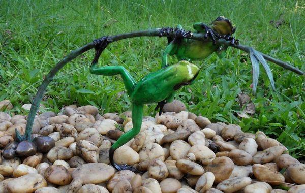 Bronzefigur Regenwaldfrosch auf Zweig grün