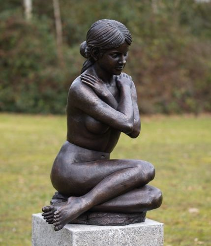 Bronzefigur Sitzende nackte Frau