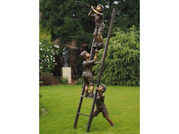 Bronzefigur 3 Jungen auf Leiter