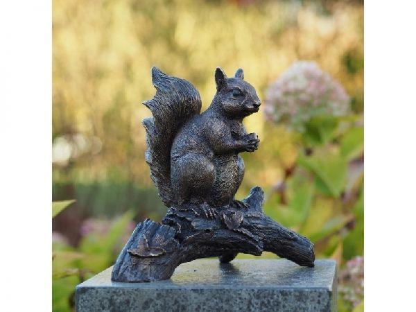 Bronzefigur Eichhörnchen auf Zweig
