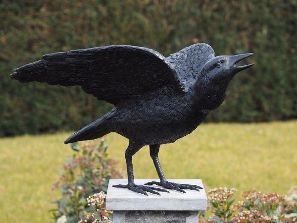 Bronzefigur Rabe mit ausgestreckten Flügeln