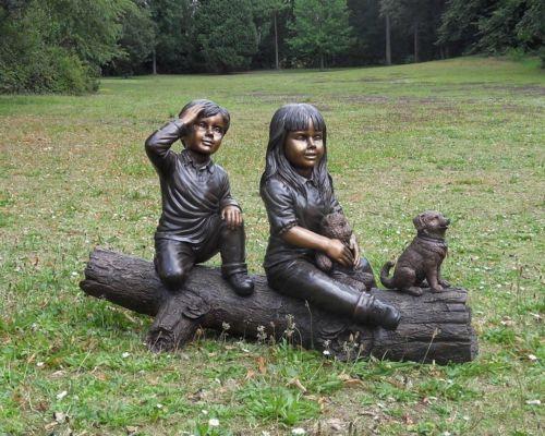 Bronzefigur Junge und Mädchen mit Hund auf Baumstamm