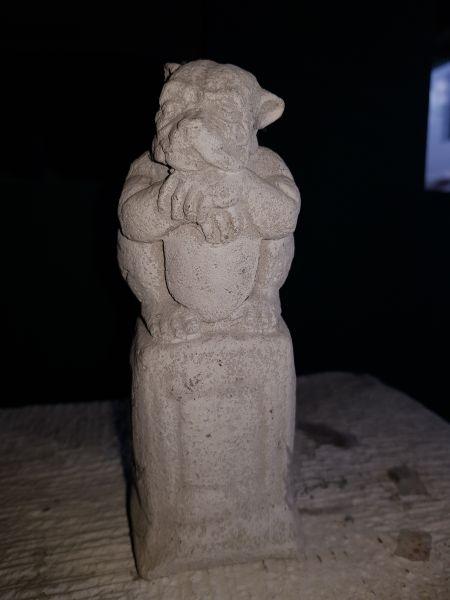 Gartenfigur Kleiner Gargoyle auf Säule weiß