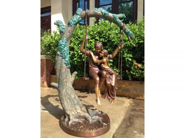 Bronzefigur Pärchen auf Schaukel