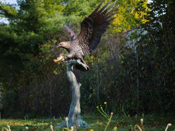 Bronzefigur Adler auf Stamm