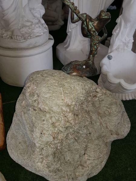 Bronzefigur Frosch auf Fels wasserspeiend