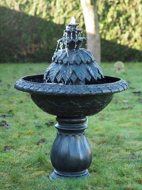 Moderner Brunnen mit Blätterskulptur aus Bronze
