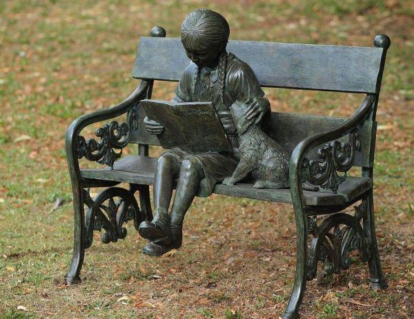 Bronzefigur Mädchen auf Bank