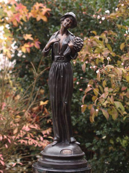 Bronzefigur Frau mit Blumenstrauß
