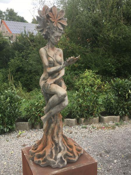 """Gartenfigur Baumhüterin """"KASTANIE"""", Steinguss, Rosteffekt"""