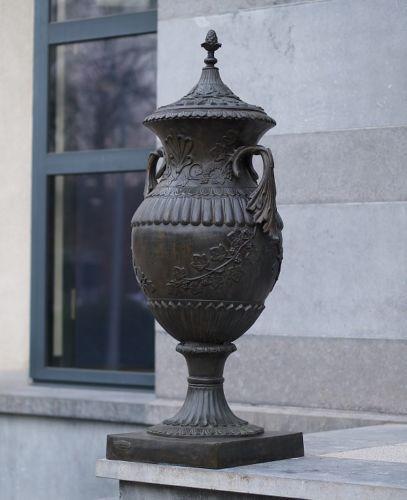 Bronzefigur Vase mit schönen Details aus Bronze