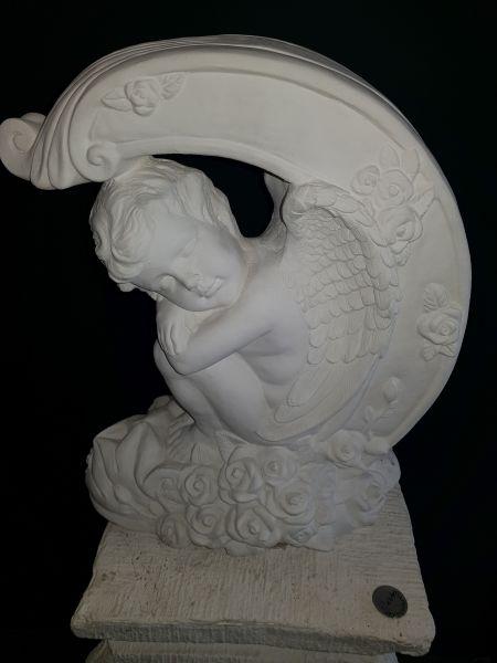 Gartenfigur Engel unter Bogen