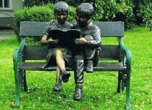 Bronzefigur Kinder lesend auf Bank