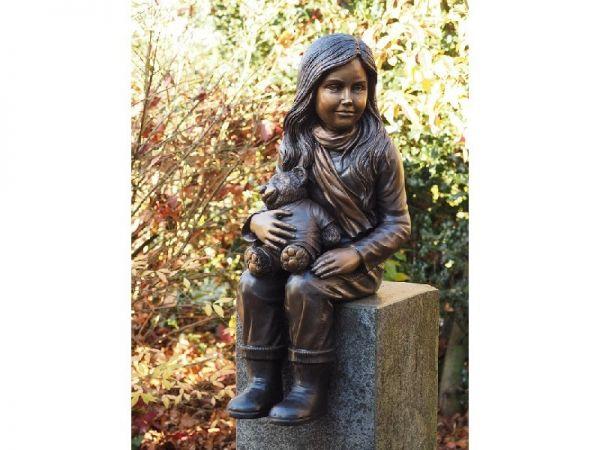 Bronzefigur Mädchen mit Teddy