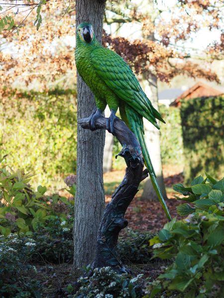 Bronzefigur Grüner Papagei auf Stamm