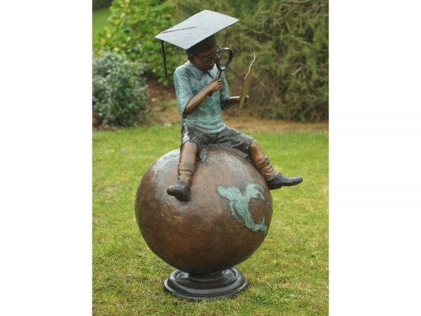 Bronzefigur Junge sitzend auf Globus