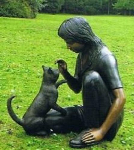 Bronzefigur Mädchen mit Katze