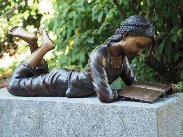 Bronzefigur Lesendes Mädchen
