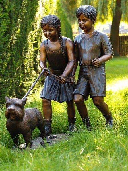 Bronzefigur Mädchen und Junge mit Hund