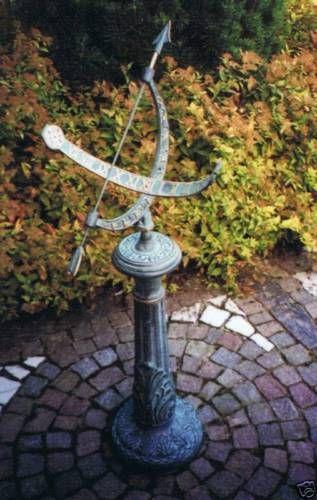 Bronzefigur Sonnenuhr mit Säule aus Bronze