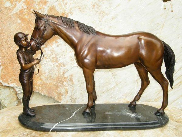 Bronzefigur Mädchen mit Pferd auf Marmor