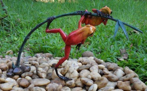 Bronzefigur Regenwaldfrosch auf Zweig rot