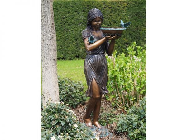 Bronzefigur Frau mit Vogeltränke
