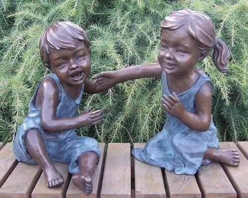 Bronzefigur Junge mit Mädchen
