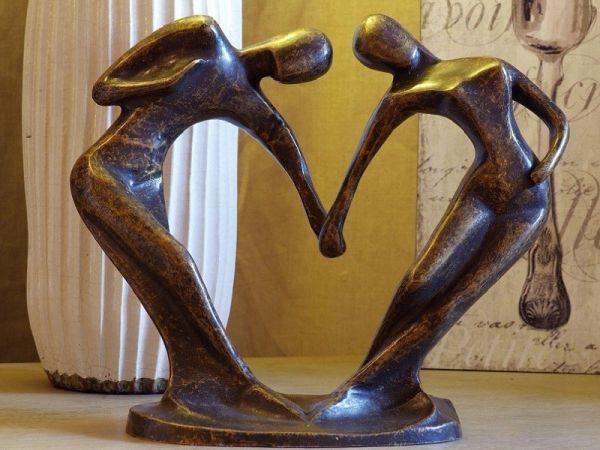 Bronzefigur Abstraktes Liebespaar Hand in Hand