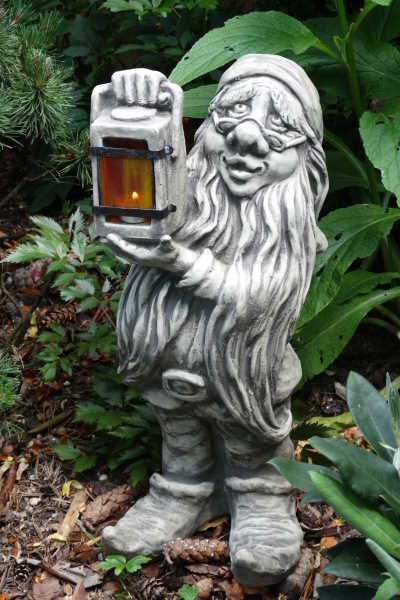Gartenfigur Zwerg mit Lampe, Steinguss