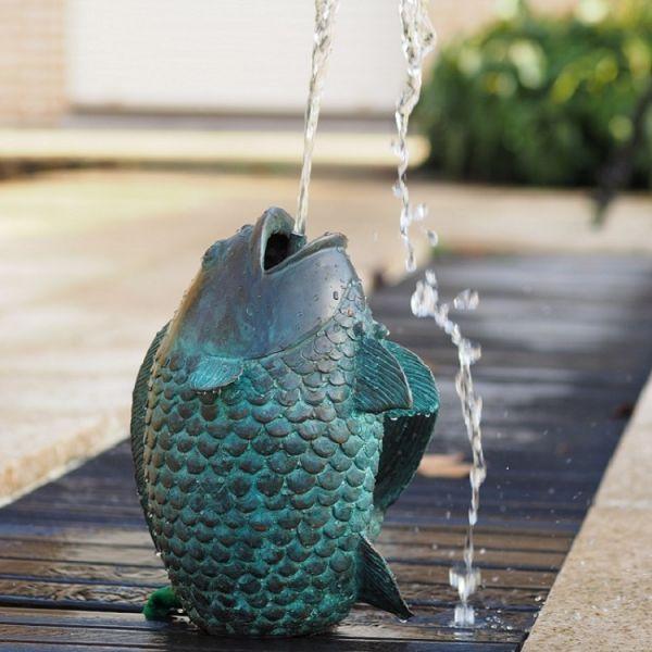 Bronzefigur Grüner Fisch wasserspeiend