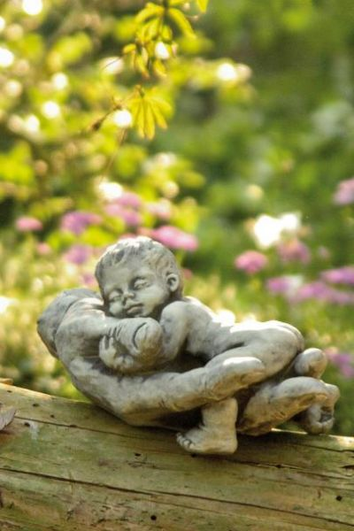 "Gartenfigur Baby in Hand ""NIMA"", Steinguss"