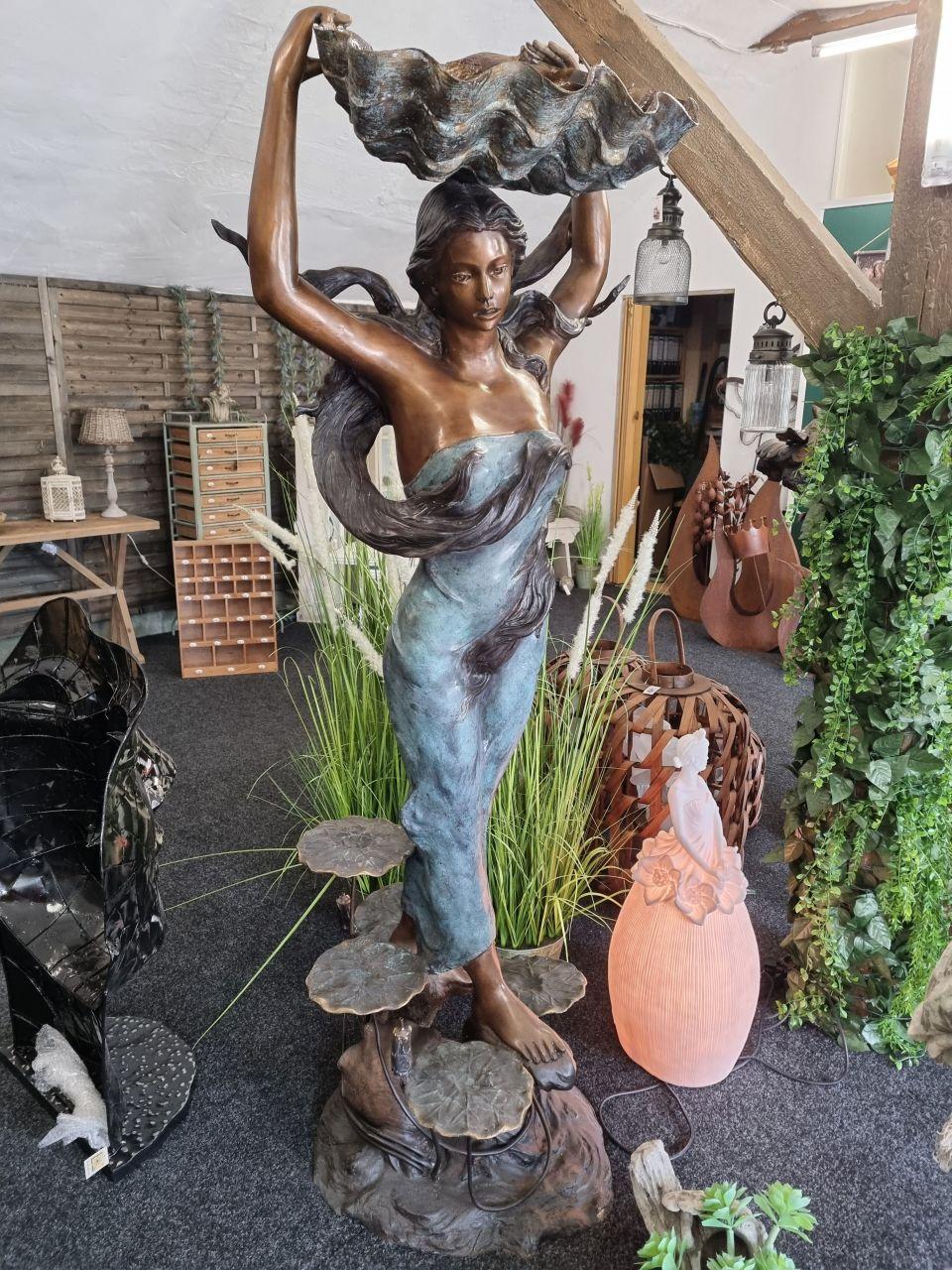 Brunnen Frau mit Muschel XL aus Bronze