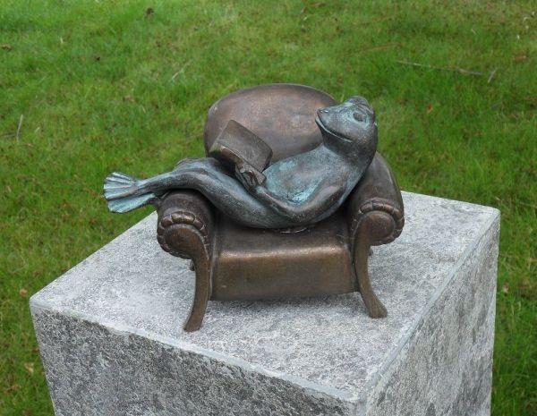Bronzefigur Frosch im Sessel