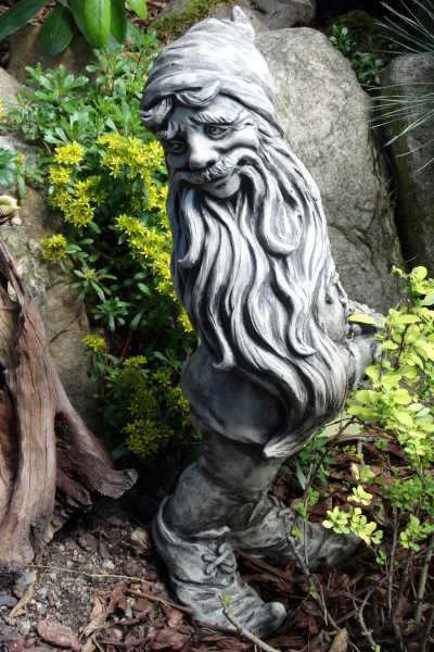Gartenfigur Zwerg mit Blume, Steinguss