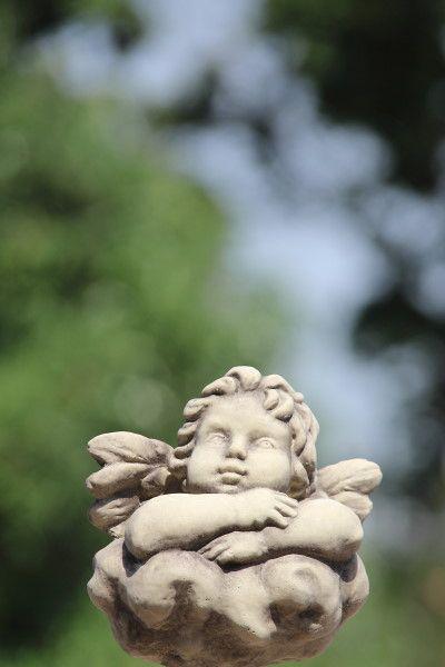 """Gartenfigur """"RAFFAEL-ENGEL"""" auf Wolke, Steinguss"""