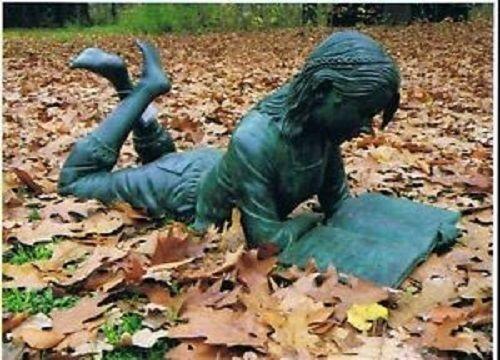 Bronzefigur Figur liegendes Mädchen mit Buch
