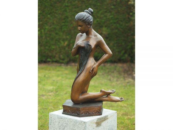 Bronzefigur Kniende Frau
