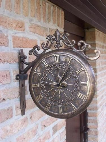 Bronzefigur Mauer Uhr