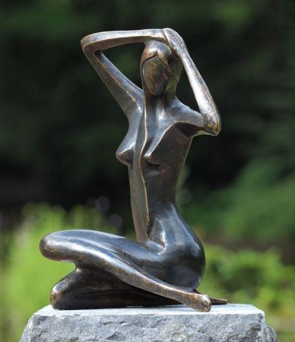 Bronzefigur Sitzende Frau groß