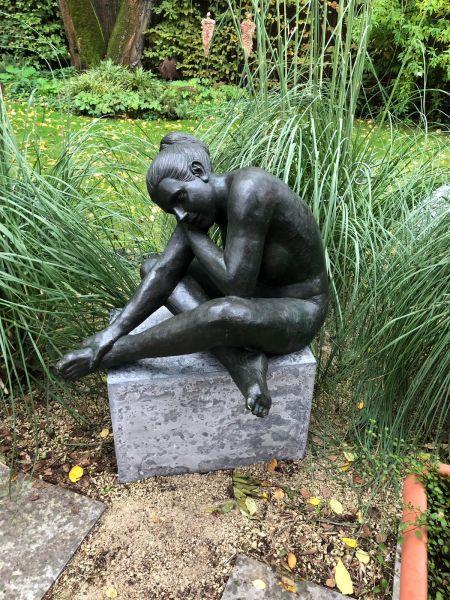 Bronzefigur Nackte Frau schlafend