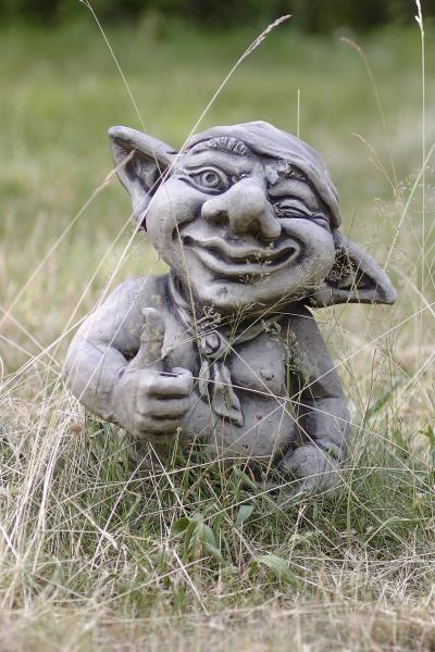 "Gartenfigur Troll zeigt o.k. ""HÄGAN"", Steinguss"