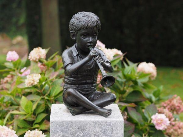 Bronzefigur Sitzender Junge mit Flöte