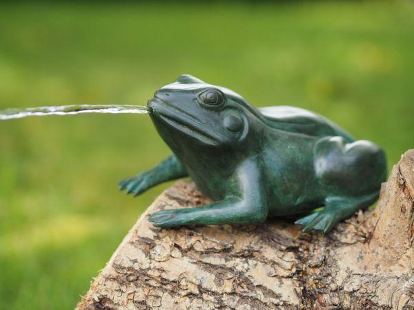 Bronzefigur Grüner Frosch wasserspeiend